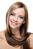 Retrato femenino con el peinado creativo Foto de archivo