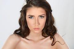 Retrato femenino de la señora linda en un fondo blanco Foto de archivo libre de regalías