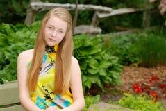 Retrato femenino del adolescente en un jardín Foto de archivo libre de regalías
