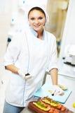Retrato femenino del cocinero que adorna la eclisa Fotografía de archivo