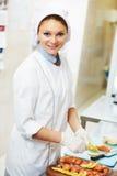 Retrato femenino del cocinero que adorna la eclisa Imágenes de archivo libres de regalías