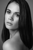 Retrato femenino en blanco y negro Fotos de archivo