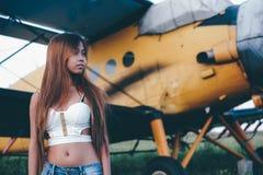 Retrato femenino hermoso en el campo de aviación, última hora de la tarde imagen de archivo libre de regalías