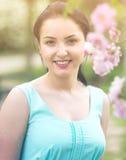 Retrato femenino joven alegre positivo de la primavera en jardín Imagen de archivo libre de regalías