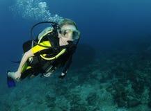 Retrato femenino joven del zambullidor de equipo de submarinismo imagen de archivo