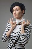 Retrato francês do estilo da jovem mulher foto de stock