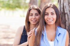 Retrato gêmeo étnico bonito das irmãs fora Imagens de Stock Royalty Free