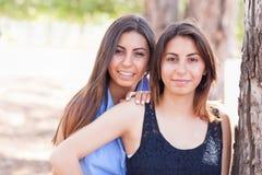 Retrato gêmeo étnico bonito das irmãs fora Fotografia de Stock