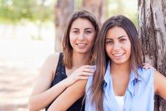 Retrato gêmeo étnico de sorriso de duas irmãs fora Fotos de Stock Royalty Free