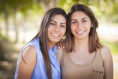 Retrato gemelo de dos hermanas de la raza mixta imagen de archivo libre de regalías