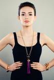 Retrato glamoroso do modelo de forma bonito da mulher com joia Imagens de Stock Royalty Free
