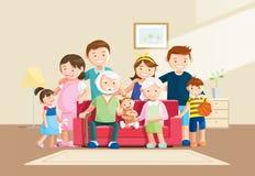 Retrato grande caliente de la familia con el fondo borroso Abuelo, abuela y bebé sentándose en el sofá en casa Fotografía de archivo libre de regalías
