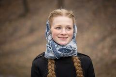 Retrato grande da menina ruivo bonita no lenço foto de stock royalty free
