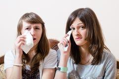 Retrato gritador de dos amigas bonitas Imágenes de archivo libres de regalías