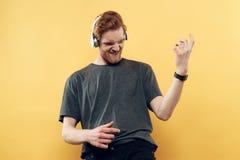 Retrato Guy Listening sonriente expresivo a la música imagen de archivo libre de regalías