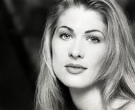 Retrato, headshot, cara de los jóvenes, pelo rubio largo de la mujer hermosa atractiva foto de archivo libre de regalías