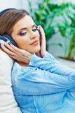 Retrato hermoso de la cara de la muchacha con música que escucha en auriculares Foto de archivo libre de regalías