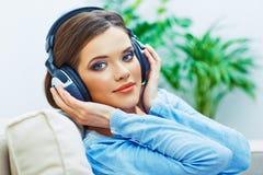 Retrato hermoso de la cara de la muchacha con música que escucha en auriculares Imágenes de archivo libres de regalías
