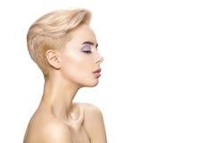 Retrato hermoso de la chica joven con el pelo blanco y corto Imagenes de archivo
