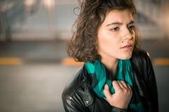 Retrato hermoso de la chica joven en una chaqueta de cuero negra Foto de archivo libre de regalías