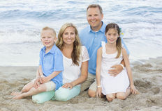 Retrato hermoso de la familia en la playa Imagen de archivo libre de regalías