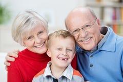 Retrato hermoso de la familia que muestra las generaciones Fotos de archivo
