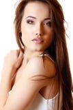 Retrato hermoso de la muchacha adolescente con el pelo y la camiseta marrones largos Imagenes de archivo