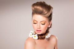 Retrato hermoso de la muchacha con las flores en su pelo Imagen de archivo libre de regalías