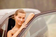 Retrato hermoso de la muchacha con su vehículo Fotos de archivo