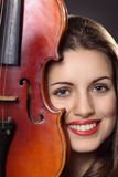 Retrato hermoso de la muchacha con un violín Fotos de archivo libres de regalías
