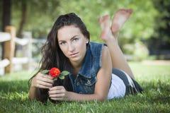 Retrato hermoso de la muchacha de la raza mixta que pone en hierba Foto de archivo libre de regalías