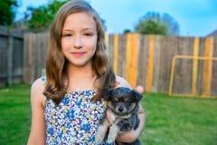 Retrato hermoso de la muchacha del niño con el perrito de la chihuahua del perrito imágenes de archivo libres de regalías
