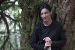 Retrato hermoso de la muchacha en bosque del tejo Foto de archivo