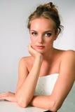 Retrato hermoso de la muchacha en el fondo neutral Fotos de archivo