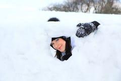 Retrato hermoso de la muchacha en invierno con nieve. Imágenes de archivo libres de regalías