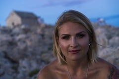 Retrato hermoso de la mujer caucásica rubia al aire libre en el mar adriático en Croacia Europa Imagenes de archivo