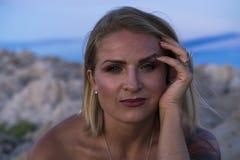 Retrato hermoso de la mujer caucásica rubia al aire libre en el mar adriático en Croacia Europa Foto de archivo