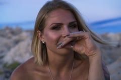 Retrato hermoso de la mujer caucásica rubia al aire libre en el mar adriático en Croacia Europa Fotos de archivo libres de regalías