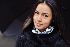 Retrato hermoso de la mujer con el pelo marrón largo y la piel limpia Fotografía de archivo
