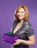 Retrato hermoso de la mujer con la actual caja Foto de archivo libre de regalías