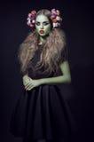 Retrato hermoso de la mujer con la piel y la guirnalda verdes Imagen de archivo