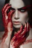 Retrato hermoso de la mujer con las manos sangrientas imagenes de archivo