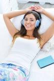 Retrato hermoso de la mujer con los auriculares y el eBook Fotos de archivo libres de regalías