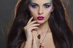Retrato hermoso de la mujer con maquillaje colorido brillante imagen de archivo