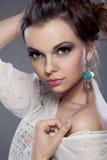 Retrato hermoso de la mujer con maquillaje en estudio Imágenes de archivo libres de regalías