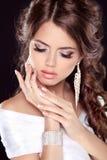 Retrato hermoso de la mujer de la novia en el vestido blanco. Soldado enrollado en el ejército de la belleza de la moda Foto de archivo libre de regalías