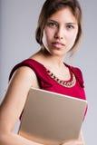 Retrato hermoso de la mujer de negocios de los ojos con la tableta Fotos de archivo