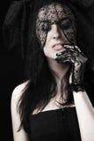 Retrato hermoso de la mujer en alineada y gasa negras Foto de archivo libre de regalías