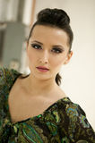 Retrato hermoso de la mujer en pasillo de la fábrica Foto de archivo