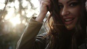 Retrato hermoso de la mujer joven, cierre encima de al aire libre metrajes